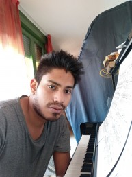 Francisco Gutiérrez tocando el piano