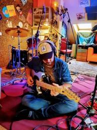 Toni del Campo, profesor de guitarra, ukelele, bajo eléctrico y combo, tocando la guitarra.